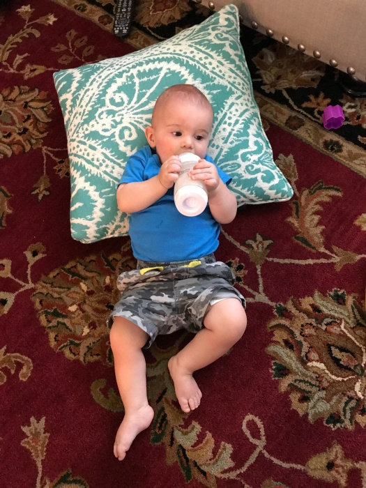 baby-hold-bottle